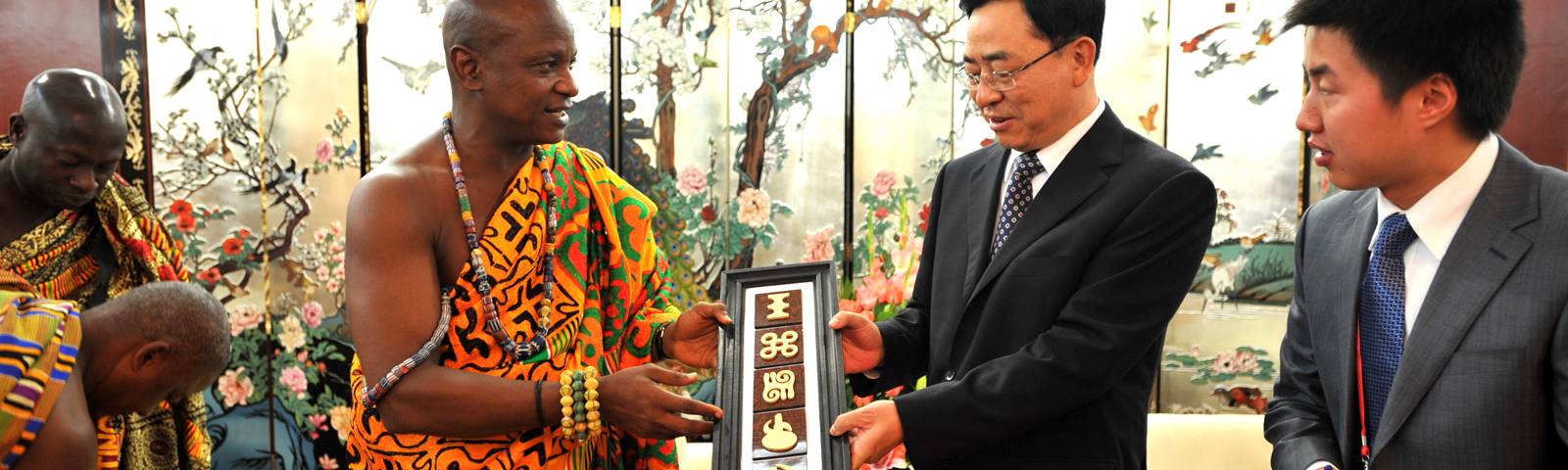Togbe Afede XIV Exchange Gifts with Chinese